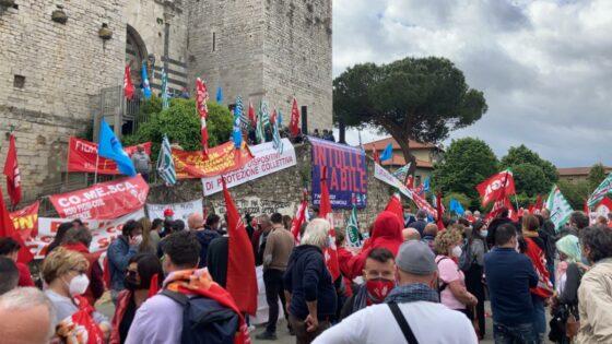 """Prato: """"Morire di lavoro è intollerabile"""", sindacati, istituzioni e cittadini in piazza"""