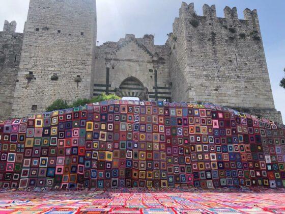 Prato, un mantello di 250 mq fatto con 2.000 riquadri di lana uniti insieme