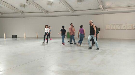 🎧 Simone Forti, artista, coreografa e pioniera della performance in mostra al Centro Pecci
