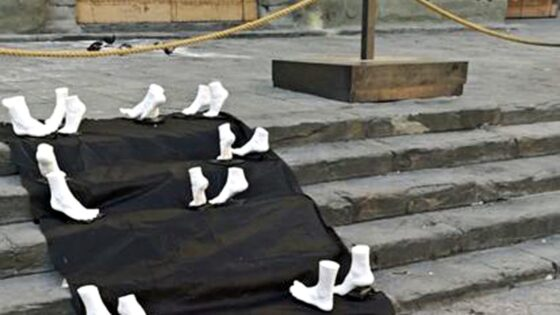 🎧 Opera d'arte per protesta sulla scalinata di Santo Spirito