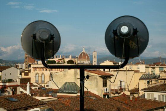 Urla liberatorie dai tetti di Firenze, in 200 per la perfomance dei Kinkaleri