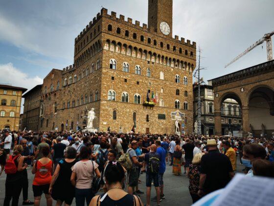 """""""Vogliamo la libertà di scelta"""":due presidi a Firenze contro green pass e obbligo vaccinale"""