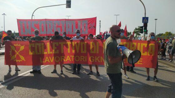 """Gkn: """"Insorgiamo"""", in migliaia a Campi Bisenzio con i lavoratori"""