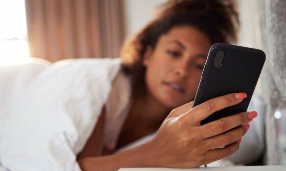 Università di Pisa: Guardare schermo smartphone induce imitazione 'contagiosa'