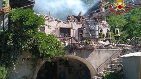 Esplosione e crollo casa, trovato morto un anziano