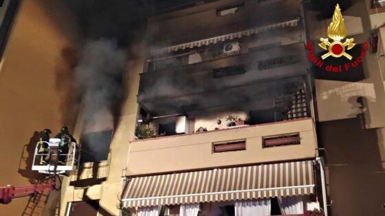 Incendio in un appartamento in Versilia, 20 evacuati