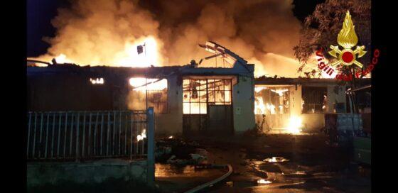 Incendio in capannoni industriali a Montemurlo (Po)