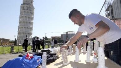 PISA, BANCHETTI IMPROVVISATI IN PIAZZA DUOMO PER LA PROTESTA DEI BANCARELLAI
