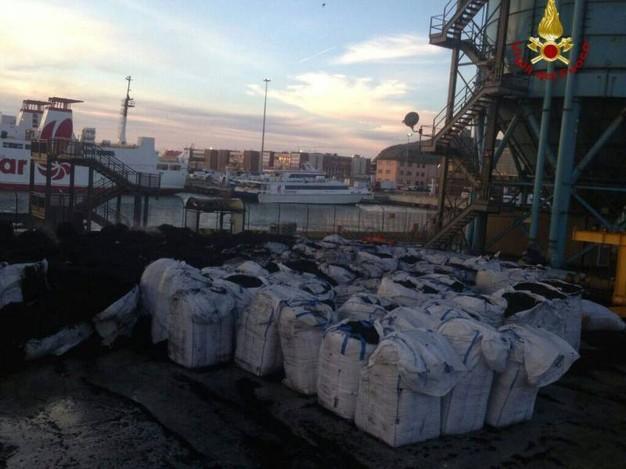 Pneumatici triturati a fuoco nel porto di Piombino