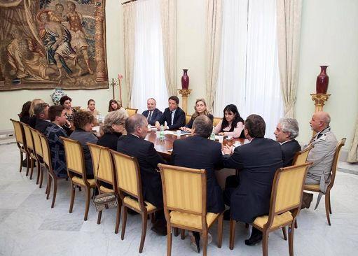 Renzi incontra i genitori delle studentesse vittime della tragedia in Catalogna