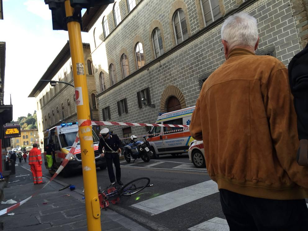 Santa Croce, auto sui passanti: padre e figlio gravi, otto feriti Cronaca